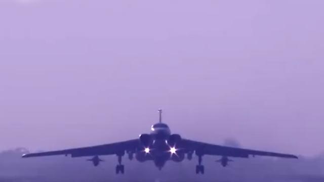 轰-6K飞行员谈绕行台湾
