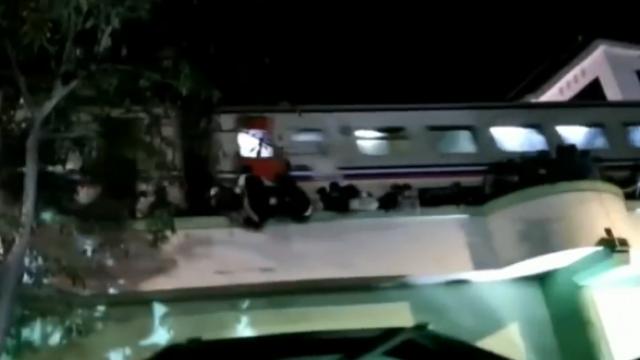 印尼群众爬上铁路高架桥看露天演出,3人坠亡