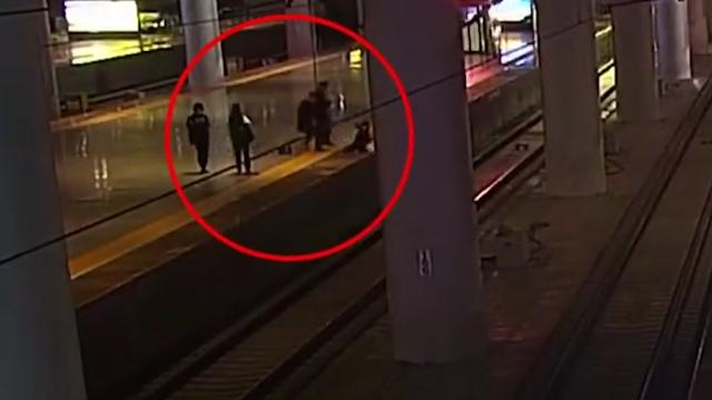 女子跳下站台逼停高铁 被救起后称:吓唬男友闹着玩