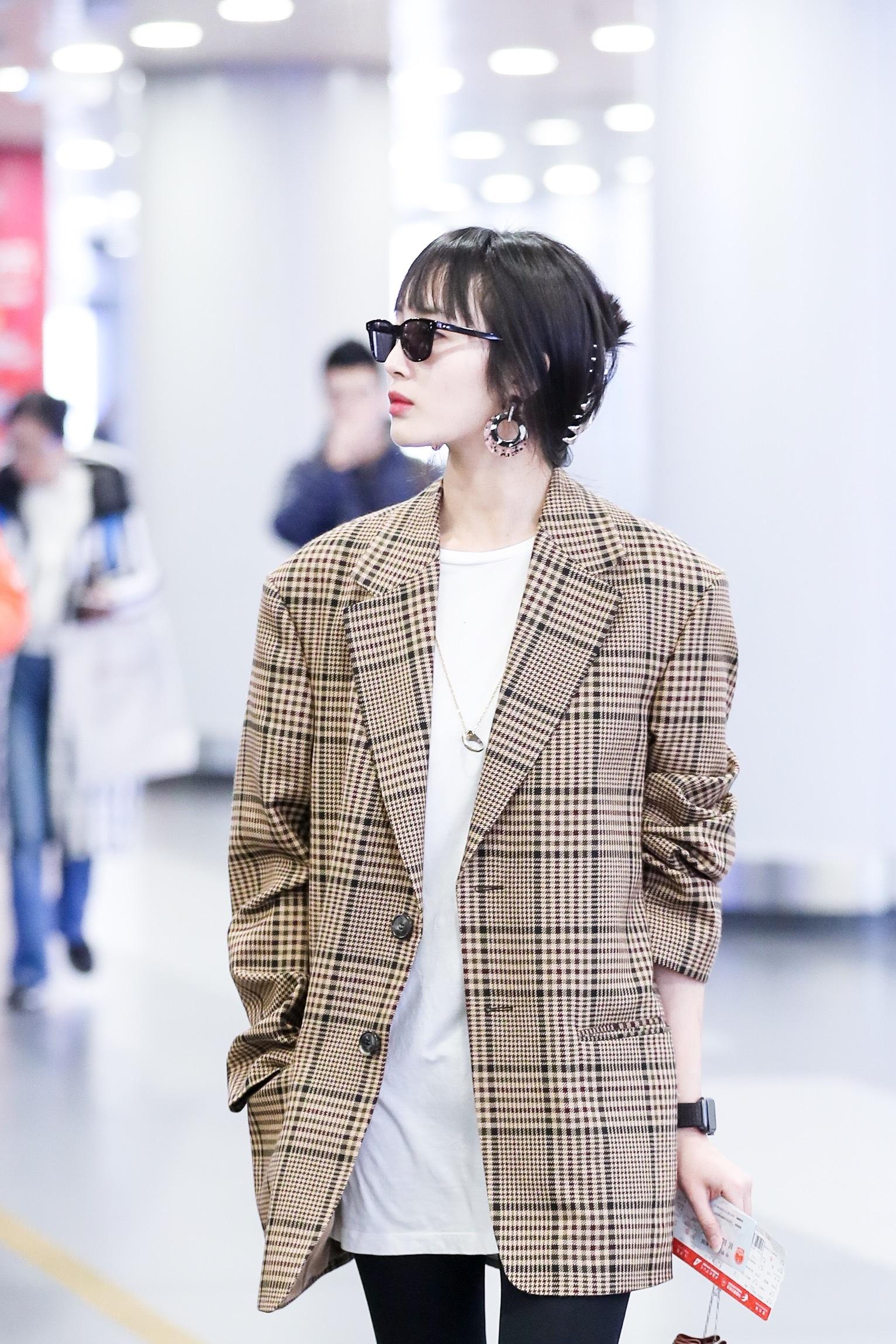王紫璇现身机场新发型亮眼 格纹西装英伦帅气