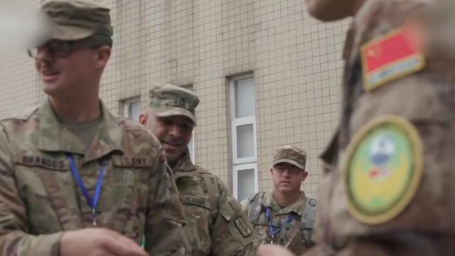 """实拍中美两军举行联合演练:解放军为美军展示针灸""""绝技"""""""