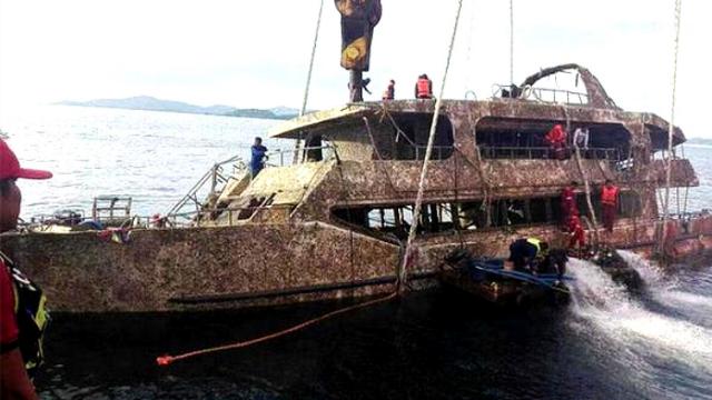 """普吉岛沉船""""凤凰号""""打捞出水现场:船体锈迹斑斑布满泥沙"""