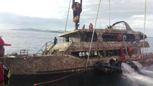 """普吉沉船""""凤凰号""""船体被拖拽至码头封锁 任何涉案方不允许接近"""