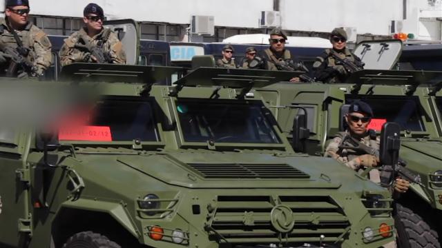 """现场!中国向阿根廷赠猛士军车和摩托到货 阿士兵拍""""合影""""超帅"""