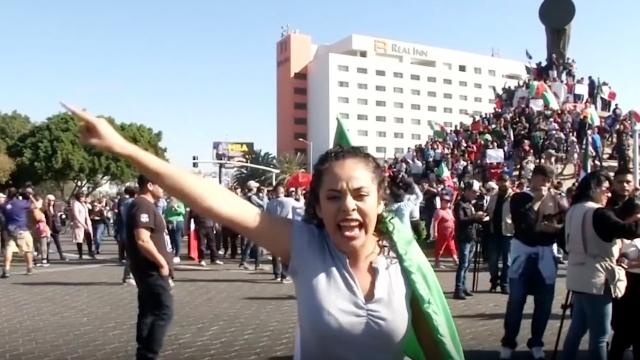 """数千名移民滞留墨西哥 当地居民示威抗议轰他们""""出去"""""""