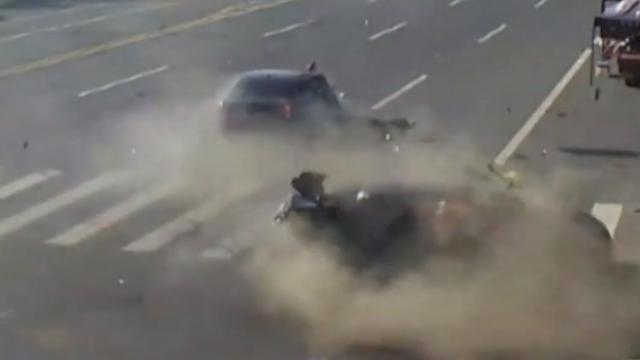 大连:2车相撞司机被甩出,所幸因安全带奇迹生还
