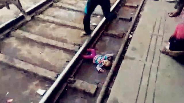 目击者拍下惊险瞬间!1岁女婴跌落铁轨 火车从其上方疾驰而过