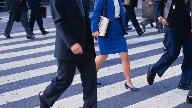 日本金融业新时尚,西装配运动鞋