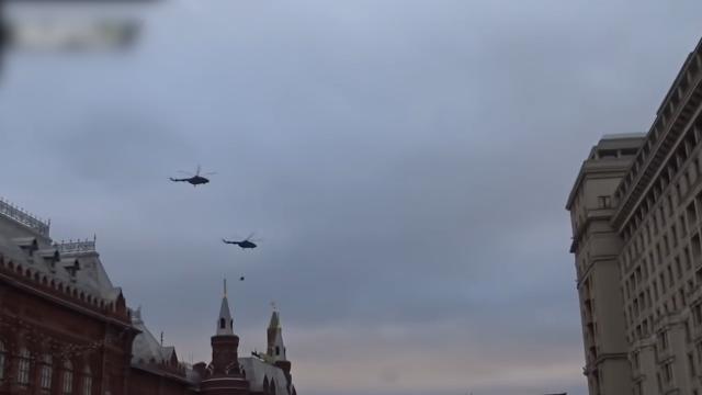 神秘直升机突然出现在俄罗斯克里姆林宫上空 下面居然还挂着人