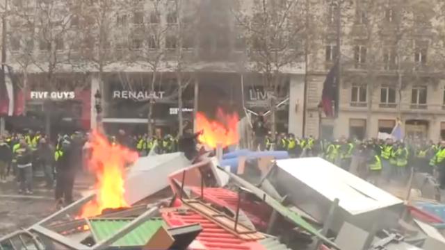 """数十万人抗议油价上涨,巴黎陷入全民""""巷战"""""""