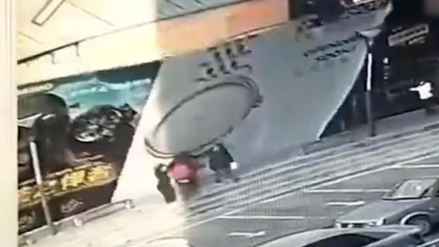 监拍!长春一广告牌被大风刮倒砸伤4名行人 2人已住院