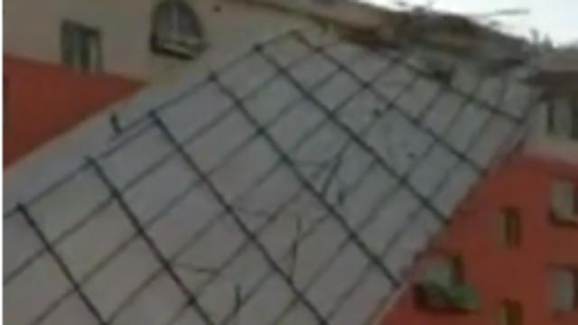 吉林:屋顶被大风整块掀飞,多辆汽车被砸