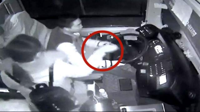 监拍:女子连扇公交司机耳光 司机还手致车辆失控撞路基