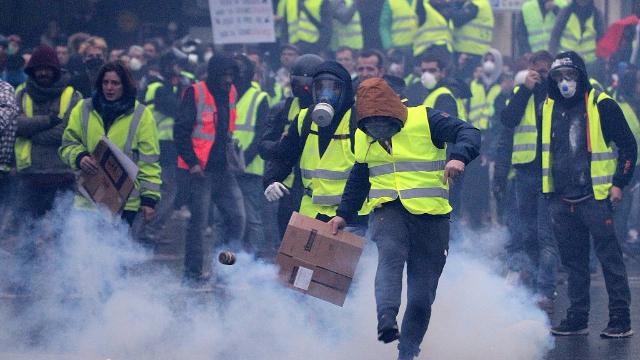 抗议变打砸抢!法国遭遇13年来最严重骚乱 马克龙视察遭嘘声