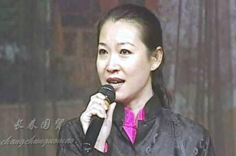 赵本山和妻子的近照 赵本山的现任妻子近照曝光 53岁笑容和蔼气质出众