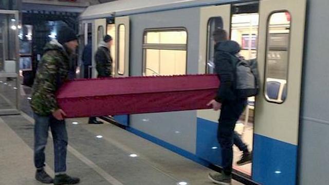 实拍!俄男子抬棺材进地铁被警察拦下 称已给棺材买票被放行
