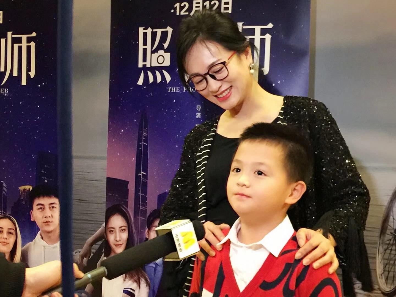 涓子8岁的儿子电影《照相师》首映式现场接受媒体提问