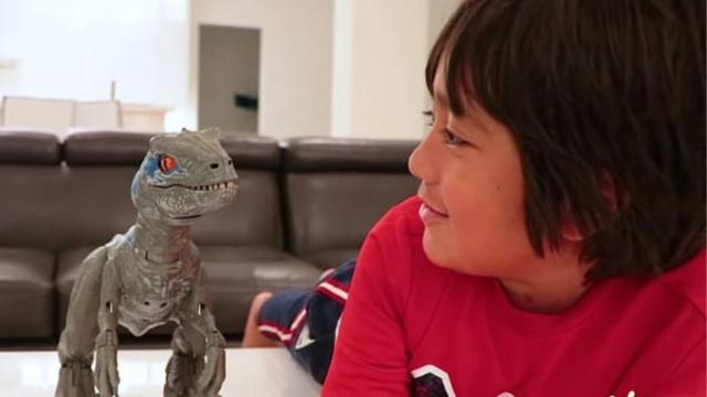 惊呆了!美7岁男童凭借网络玩具测评视频年收入1.5亿元