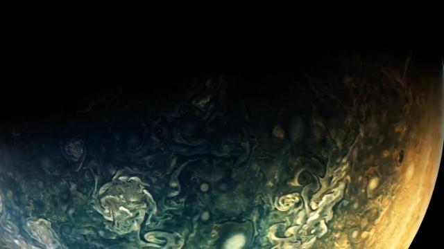 美国宇航局朱诺号宇宙飞船的木星天桥飞越