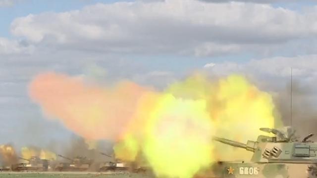 现场:炮兵旅实弹齐射震碎大地 炮弹雨瞬间将目标炸成灰烬