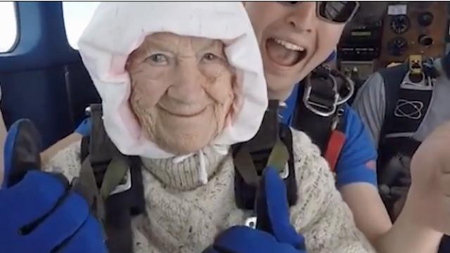 102岁老人成全球最年长跳伞者 4300米高空一跃而下