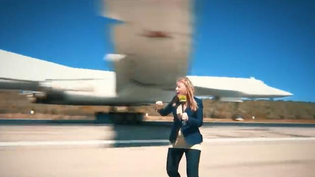 惊险!实拍俄图160轰炸机降落 机翼擦着美女记者头顶掠过