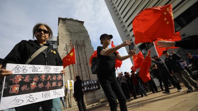 现场视频:香港市民聚集日本领馆前举国旗示威 焚烧战犯照片