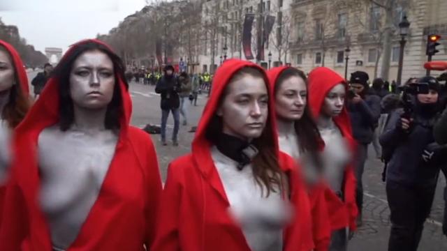 法国多名半裸女子扮成自由女神抗议 与警察装甲车当街对峙