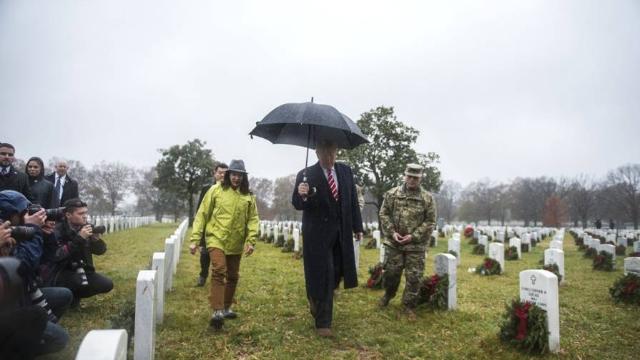 现场:特朗普一人撑伞参观阿灵顿国家公墓 陪同人员全部淋雨