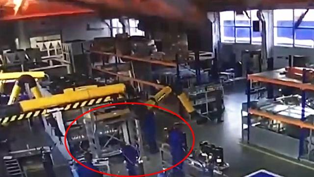10余名工人死伤!监拍:俄罗斯一工厂车间顶棚突然倒塌