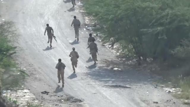 """现场!沙特军人被胡塞武装""""暴揍"""" 狂奔逃命不管身后受伤战友"""
