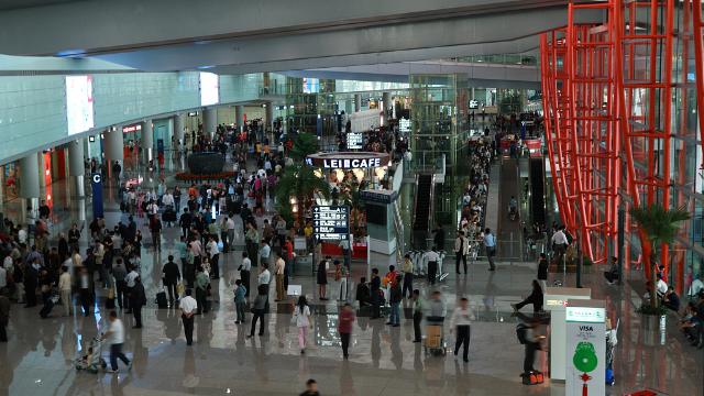 男子北京首都机场放鞭炮 被警方带走 无人员伤亡