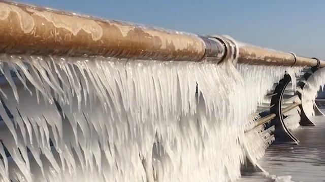 大连渤海岸现冰凌景观?海水都结冰了