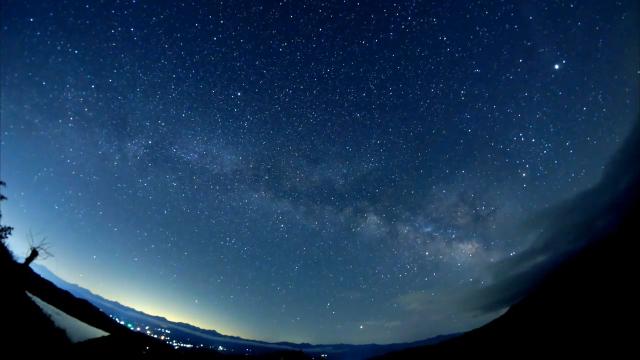 夏天唯美的银河和超亮的火流星