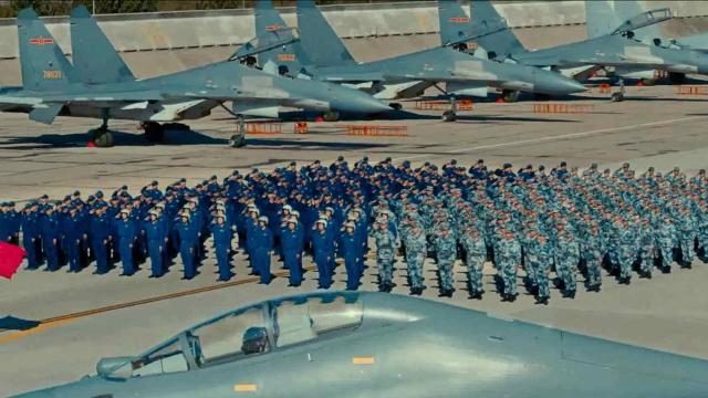 """我军的""""空中炸弹卡车"""":歼16机群密集停放视频曝光 场面震撼"""