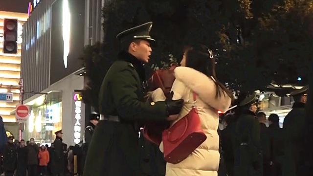"""钢铁的纪律!""""绝情""""武警中队长执勤时""""轰走""""求婚女友"""