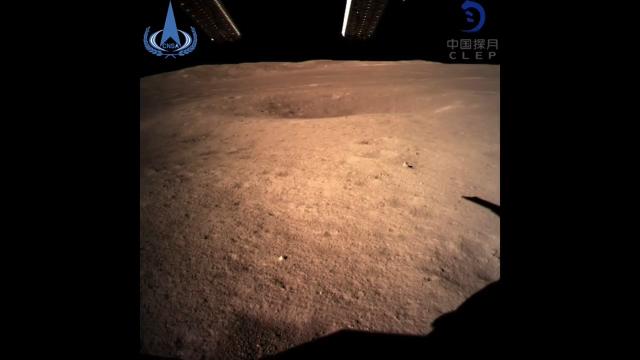 嫦娥四号成功软着陆在月球上并发回了第一批图像