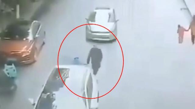 惊险 男子领小孩横穿马路时被出租车撞翻 小孩两车夹角中幸存