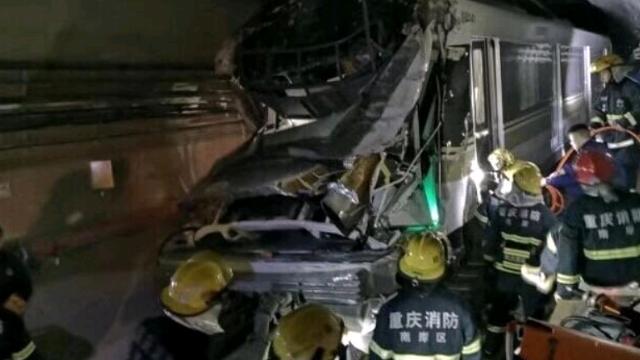 重庆地铁环线疑脱轨 被困乘客:好黑 好吓人