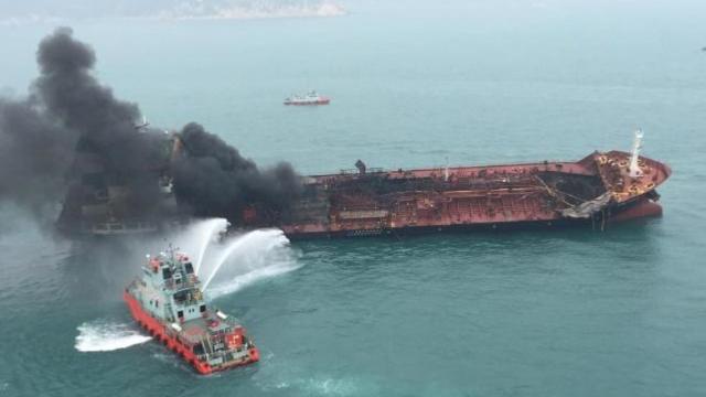 现场!万吨油轮香港海域发生连环爆炸黑烟冲天 船员被救画面曝光