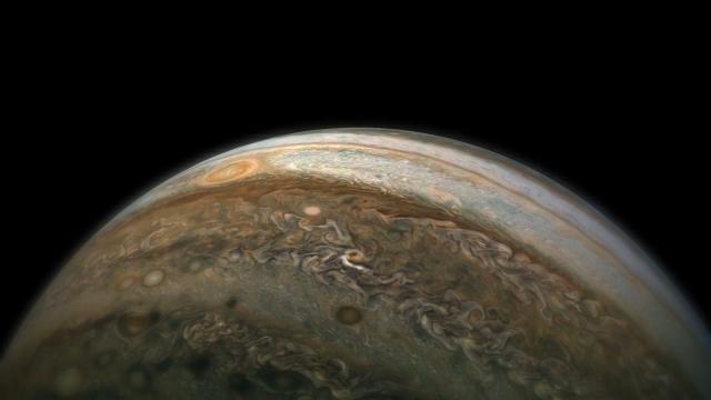 美国航天局的朱诺号太空飞船近距离的飞越木星表面