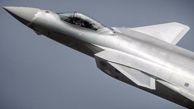美国测试歼20隐身性:鸭翼破坏太严重,依然无法抗衡F22