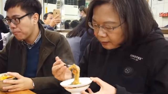 蔡英文玩直播吃了一天小吃 岛内网友痛骂:无能,就是爱吃!