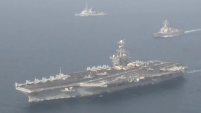 """听说伊朗海军要去美国海岸 美航母立马带着""""小弟""""在伊门口演习"""