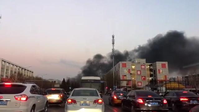北京回龙观东大街突然起火  原因尚不明确