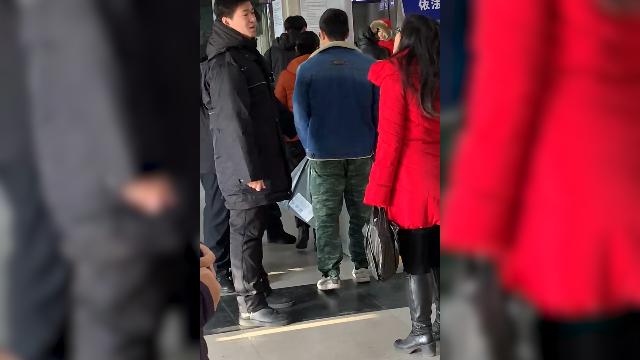 女子持带鱼坐北京地铁被拦 怒怼安检:凭啥拦我