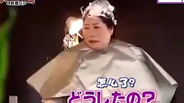 日本搞笑整人节目,洗澡时冲进100个人会是什么反应