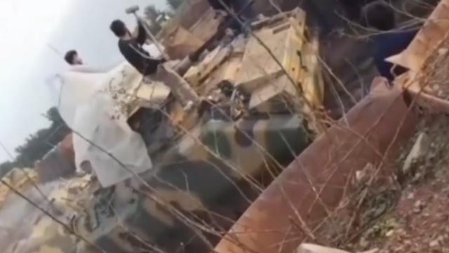 彪悍!平民占领这国驻伊拉克军事基地 搬起铁锤狂砸坦克