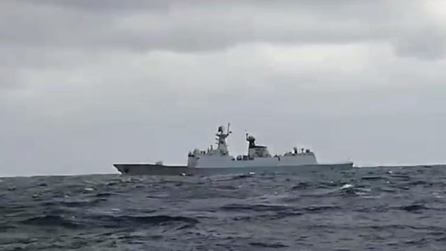 """现场!中国海军054A舰与日本秋月级驱逐舰海上隔空""""对峙"""""""