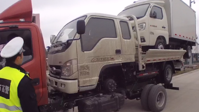 """高速公路上惊人一幕 三辆货车""""叠罗汉""""仅为节省运输费"""